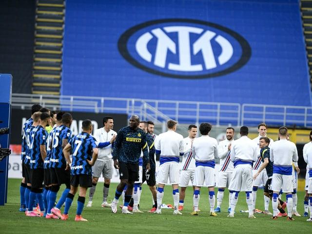 Spieler von Sampdoria stehen vor dem Spiel den Inter-Spielern Spalier.