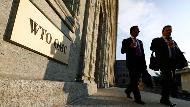 Zwei Männer vor WTO-Gebäude