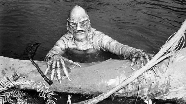 Schuppiges Monster steigt aus dem Wasser.