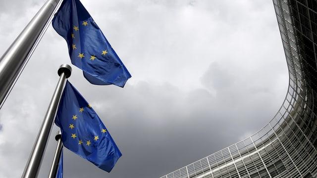 Die EU-Kommission in Bürssel von aussen, davor wehen EU-Flaggen