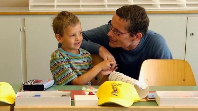 Ein Vater mit einem Erstklässler