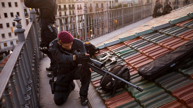 In policist catalan prepara sia arma sin in tetg en il center da Barcelona.