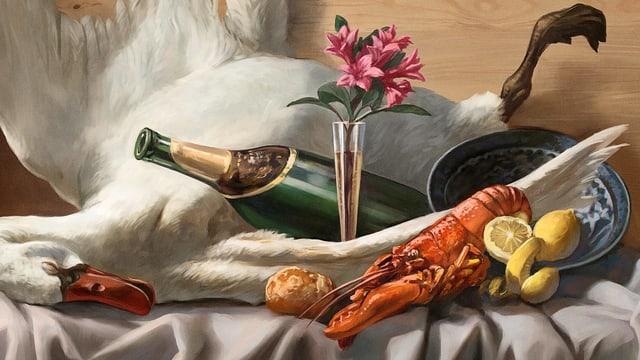 Eine Gans, ein Hummer, Zitronen und Champagner auf einem gedeckten Tisch.
