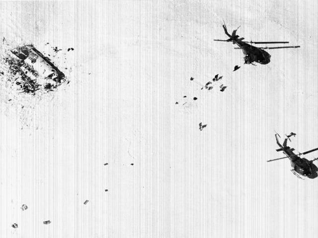Luftbild von der Absturzstelle und zwei Helikoptern.