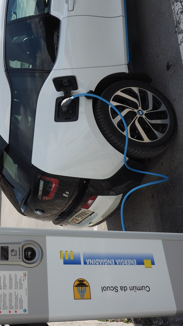 Ina staziun per chargiar autos da l'Energia Engiadina.