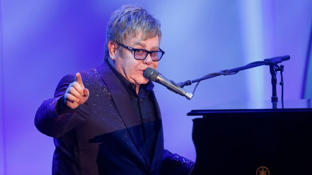 Elton John am Klavier.