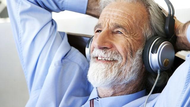 Vitaler Senior hört mit zufriedenem Gesichtsausdruck Musik.