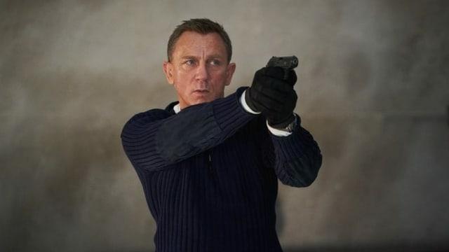 Ein Mann zielt mit einer Pistole.