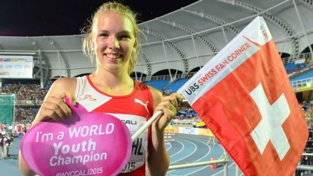 Géraldine Ruckstuhl mit Schweizer Flagge