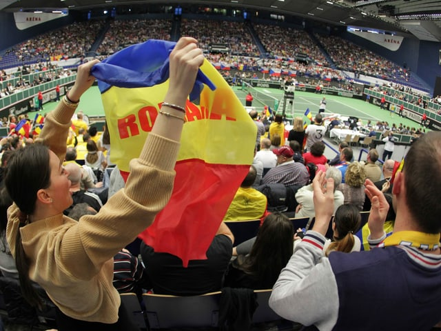 Rumänische Fans feuern Simona Halep im Fed Cup an.