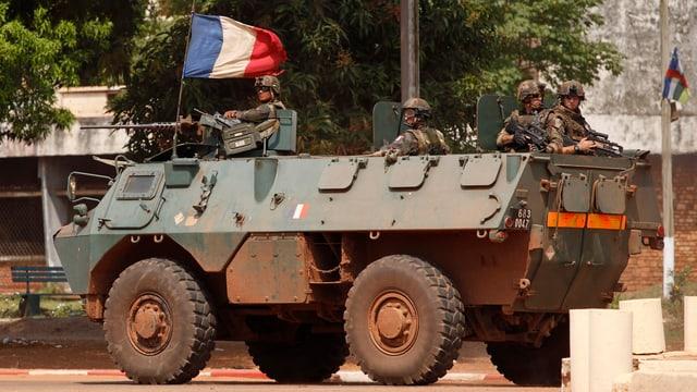 Ein Panzer mit französischer Flagge.