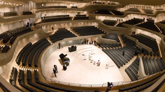 Einblick in den riesigen Konzertsaal mit terrassenartig angelegten Tribünen.