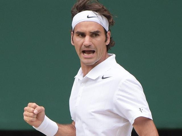 Roger Federer in Weiss mit Stirnband.