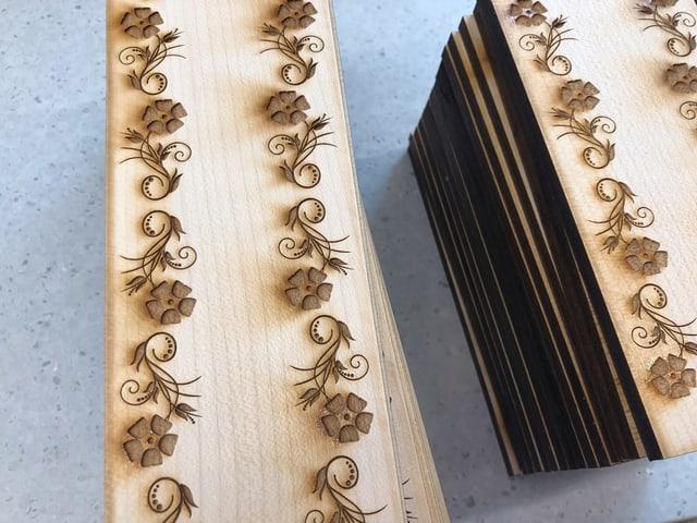 Blumenmuster auf Holz.