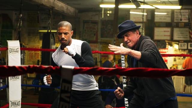 Filmszene: Adonis Johnson und Sylvester Stallone trainieren zusammen im Ring.