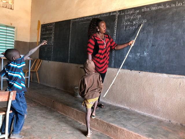 6- bis 7-Jährige besuchen den zweisprachigen Unterricht mit qualitativ hochwertigem Lehrmaterial.