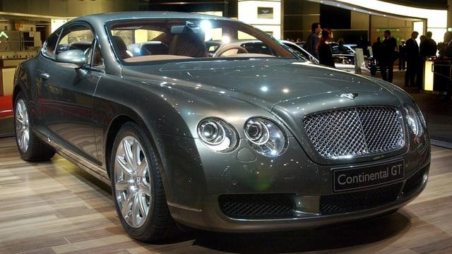Der Luxuswagen während einer Präsentation.