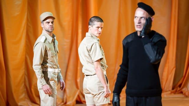 Hauptdarsteller Jonas Götzinger (Mitte), flankiert von Pascal Goffin und Matthias Luckey.
