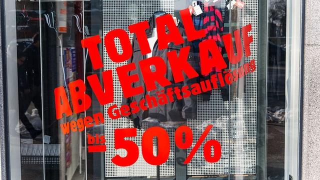 Roter Schriftzug auf Schaufenster: Totalabverkauf wegen Geschäftsauflösung bis 50 Prozent.