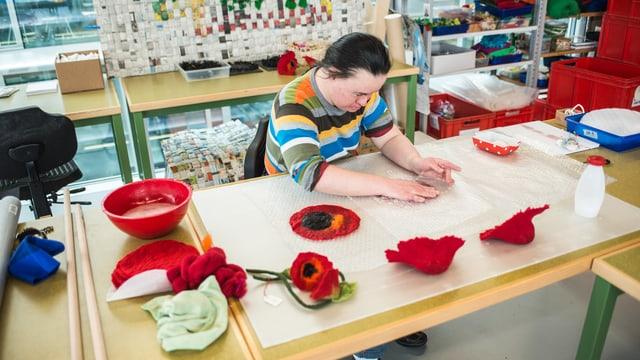 Frau in Behindertenwerkstatt