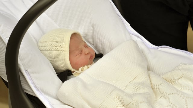 Charlotte Elizabeth Diana von Cambridge mit weisser Mütze im Kindertragesitz.