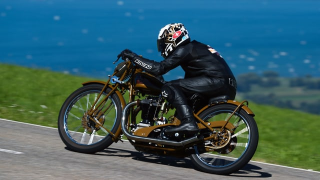 Altes Motorrad fährt um Kurve.