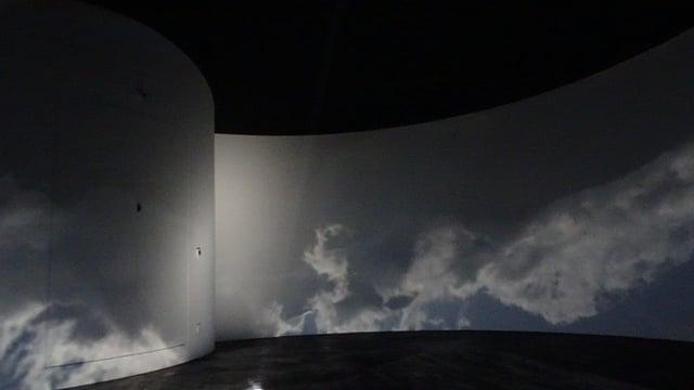 La cuntrada enturn la nova basa vegn spievlada en la camera obscura.