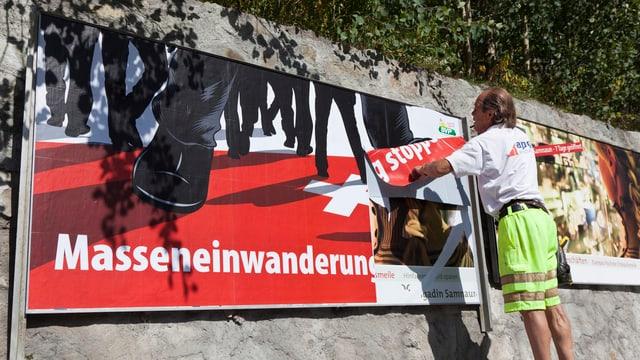Ein Arbeiter montiert ein Wahlplakat zur Masseneinwanderungsinitiative
