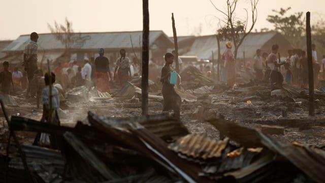 Kinder und Erwachsene in einem Camp im Bundesstaat Rakhine in Burma.