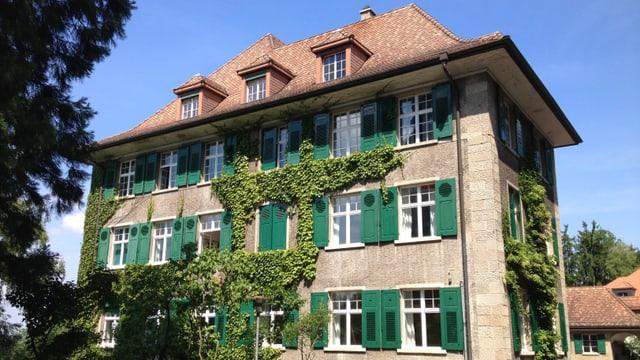 Ein stattliches Haus mit grünen Fensterläden: Das Haus Sonnenberg.