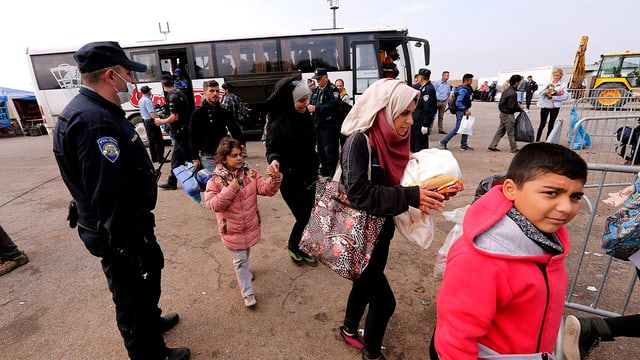 fugitivs en la Croazia, in policist observa, davos spetga in bus
