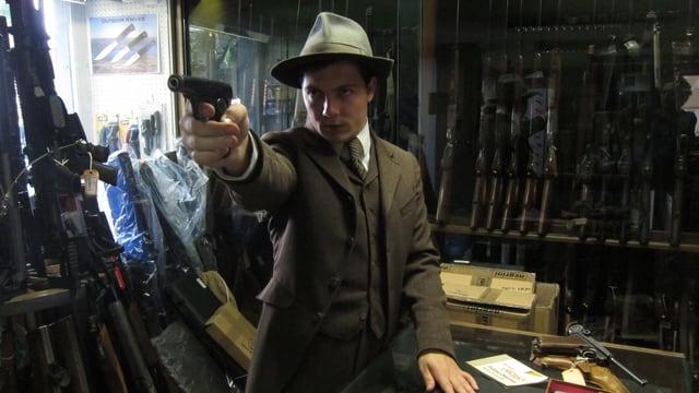 Conradi mit einer Pistole