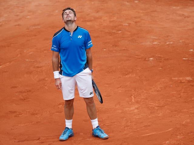 Stan Wawrinka steht mit dem Kopf in den Nacken gelegt auf dem Center Court in Paris.