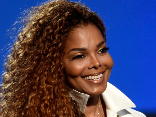 Janet Jackson lächelnd.