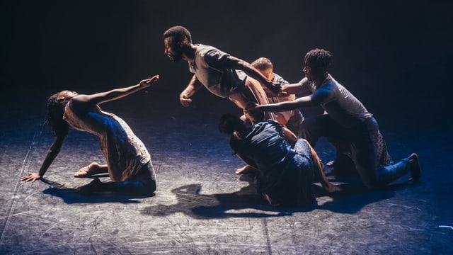 Schwarze Menschen, die auf einer Bühne tanzen.