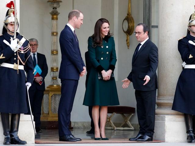 Kate im grünen Kleid und William im Anzug treffen Staatspräsident François Hollande vor dem Élyséepalast.