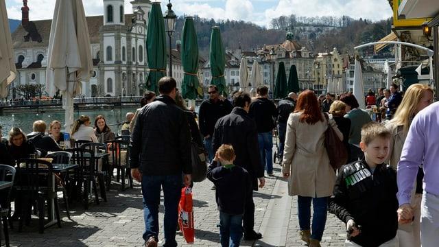 Spaziergänger an der Reuss in Luzern