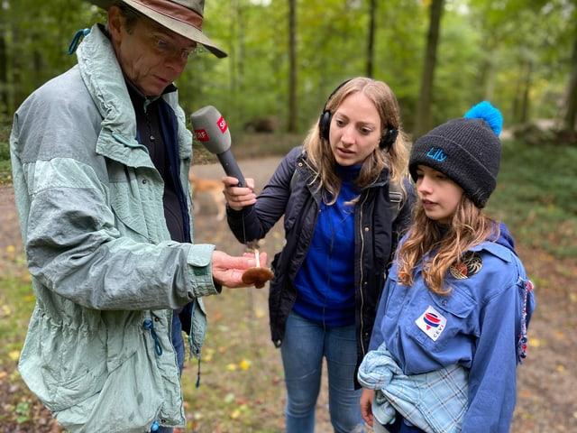 Lily und Ferdinand haben den ersten Pilz gefunden.