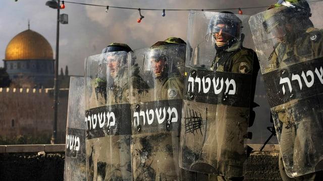 policists avant moschea al-aksa