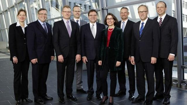 Gruppenbild mit zwei Frauen und sieben Männern.