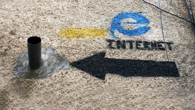 Ein Rohr und ein Pfeil mit einem Internet-Explorer-Symbol darüber, der auf das Rohr zeigt.
