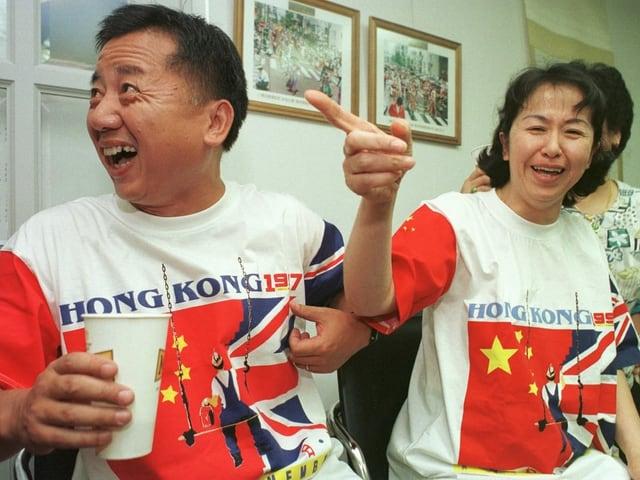 Mann und Frau speziellem T-Shirt.