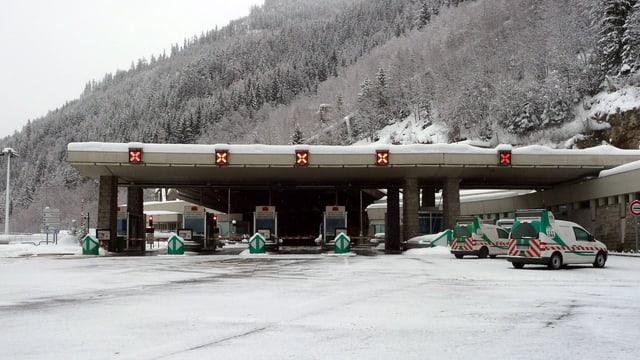 Der Eingang des Mont-Blanc-Tunnels auf der italienischen Seite: Kreuze über den Spuren zeigen an, dass die Durchfahrt gesperrt ist.