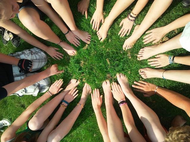 Kinderfüsse und Hände in einem Kreis