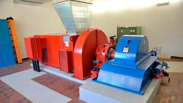 La turbina cun il generatur en la centrala.