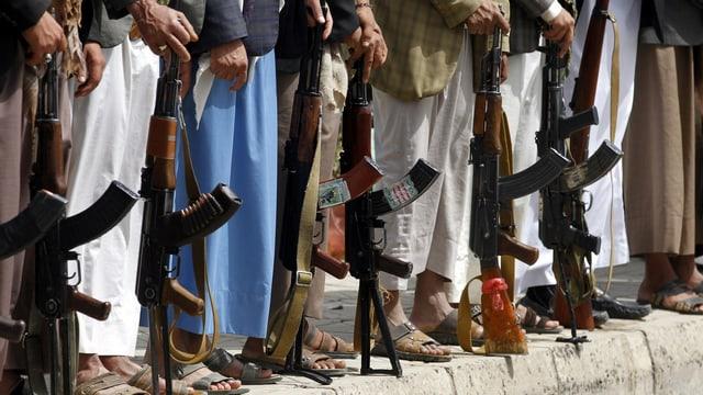 Unterstützer der Houthi-Rebellen mit Gewehren in der Hand.