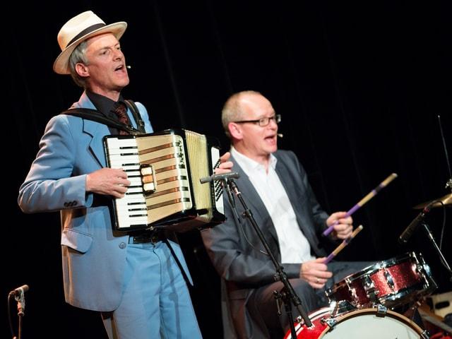Gerhard Tschan (Handorgel) und Resli Burri (Schlagzeug)