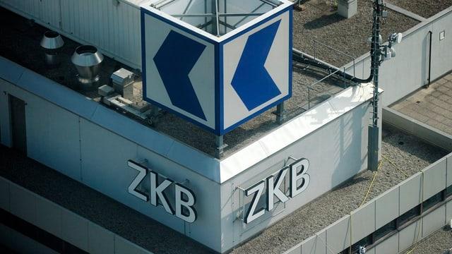 Das Logo der ZKB auf dem Dach von oben fotografiert.