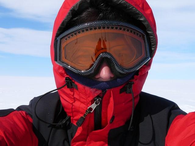 Thomas Häusler mit Skijacke und Skibrille.