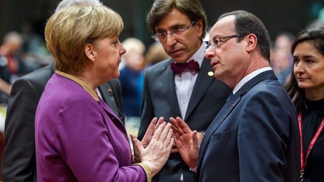 Die deutsche Bundeskanzlerin Angela Merkel (links) im Gespräch mit Frankreichs Präsident François Hollande (rechts).